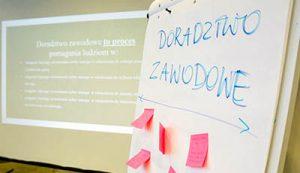 Zdjęcie przedstawia slajd z prezentacji multimedialnej dotyczącej doradztwa zawodowego.