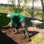 Prace ogrodowe z grabiami