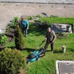 Koszenie trawnika kosiarką elektryczną