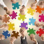 ludzie trzymają puzzle