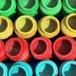 Słoiki pomalowane na zielono, żółto, czerwono, niebiesko