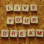 napis Żyj swoimi marzeniami po angielsku