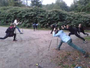 Zdjęcie przedstawia zajęcia ruchowe w chylońskim lesie.