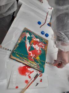 Zdjęcie przedstawia gotowy pomalowany obraz przez uczestniczkę projektu.