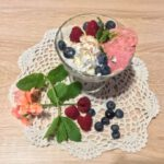 Zdjęcie przedstawia pyszny deser lodowo owocowy.
