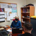 Zdjęcie przedstawia konsultacje doradcy zawodowego (kobieta) z uczestnikiem projektu (mężczyzna ). Oboje siedzą przy biurku.