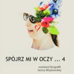 Plakat promujący wystawę przedstawiający kolaż zdjęcia i grafiki kwiatów