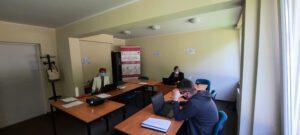 Zdjęcie przedstawia uczestników siedzących przy komputerach.